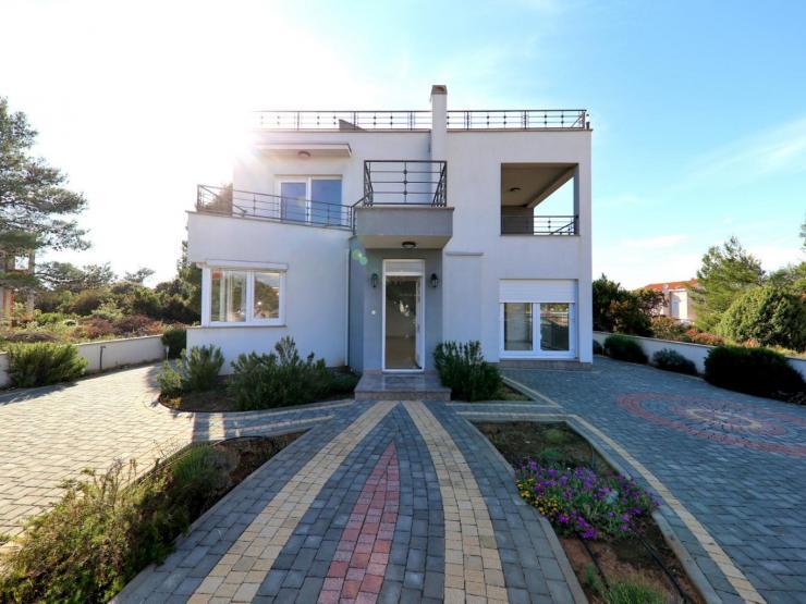 House H393 – Nin, Zaton
